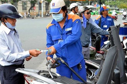 Tăng giá xăng, giảm giá dầu từ 15 giờ hôm nay