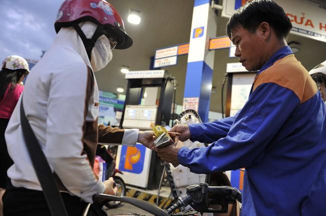 Giá xăng nhập về Việt Nam đã giảm hơn 40%