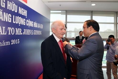 Phó Thủ tướng trao huy chương hữu nghị cho chuyên gia năng lượng Ireland