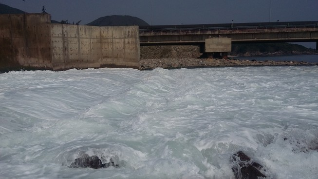 Cận cảnh nước thải đổ ra biển ở nhiệt điện Vũng Áng 1