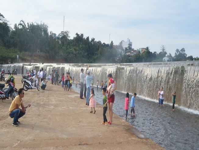 Ra tắm hồ 2 học sinh đuối nước, 1 nguy kịch