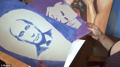 Clip nữ họa sĩ Nga vẽ chân dung ông Putin bằng ngực