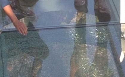 Cầu kính Trung Quốc bị nứt, du khách hoảng sợ bỏ chạy