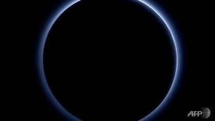 """NASA công bố Sao Diêm Vương có """"bầu trời xanh"""" và nước dạng băng"""