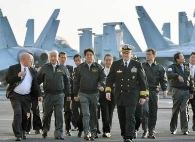 Shinzo Abe trở thành Thủ tướng Nhật đầu tiên lên tàu sân bay Mỹ
