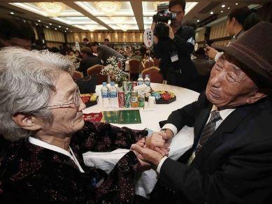 Người dân hai miền Triều Tiên đoàn tụ trong nước mắt