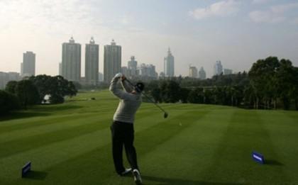 Trung Quốc: Chơi golf, tổ chức tiệc xa hoa là hành vi vi phạm