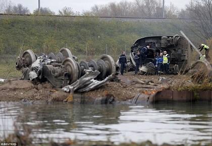 Tàu cao tốc của Pháp trật đường ray, bảy người chết