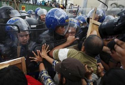 Cảnh sát dùng vòi rồng ngăn đám đông biểu tình tại APEC