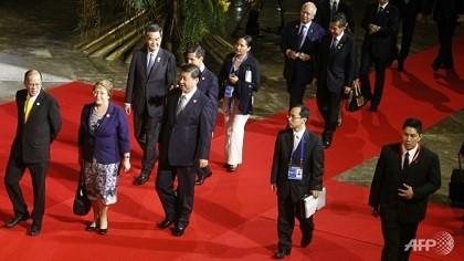 Ông Tập 'lẻ loi' đi trên thảm đỏ APEC