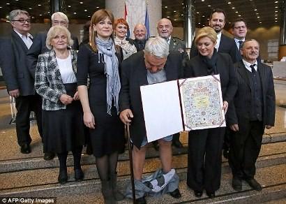 Một quan chức bất ngờ bị tuột quần khi chụp ảnh cùng nữ tổng thống