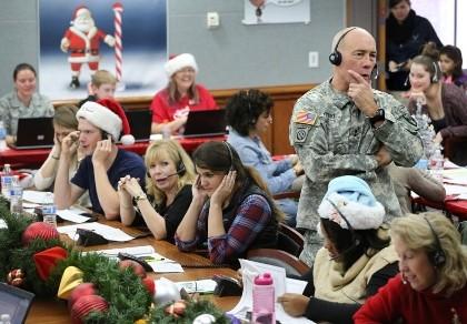 Không quân Mỹ theo dõi hành trình phát quà của ông già Noel