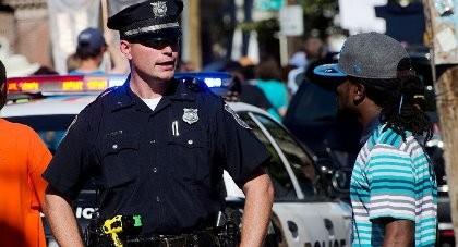 Bị bắn chết vì ném đá vào cảnh sát