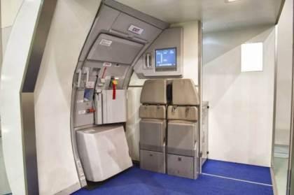Nữ hành khách Trung Quốc đòi nhảy khỏi máy bay để tự tử