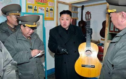 Ông Kim Jong-un đánh đàn guitar hát cùng công nhân