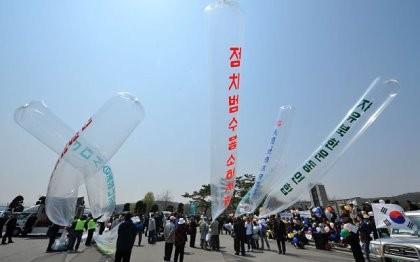 Triều Tiên thả bong bóng mang giấy vệ sinh đã sử dụng vào Hàn Quốc