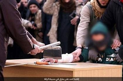 IS chặt tay 'kẻ trộm' giữa đám đông