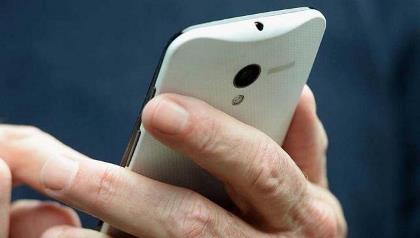 Cấm gái chưa chồng dùng điện thoại di động