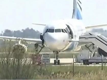 Clip con tin trên máy bay Ai Cập chui ra cửa sổ trốn thoát