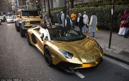 Dàn siêu xe dát vàng 'làm loạn' đường phố Luân Đôn