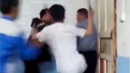 Phẫn nộ nhóm học sinh vây đánh thầy giáo ngay trong lớp học
