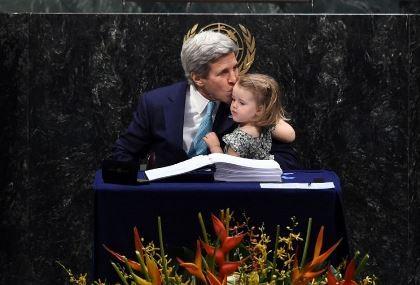 Ngoại trưởng Mỹ đưa cháu ngoại đi ký kết thỏa thuận Paris
