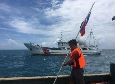 Trung Quốc ngăn cản Philippines cắm cờ trên bãi cạn Scarborough