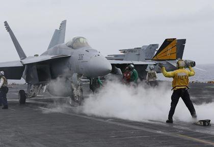Tàu Trung Quốc bám đuôi tàu Mỹ ở biển Đông