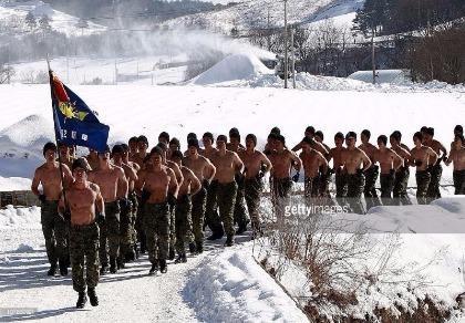 14 sinh viên đào tẩu Triều Tiên tập luyện cùng lính Hàn Quốc