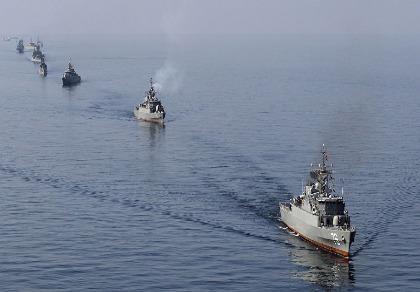 5 tàu Iran áp sát tàu chiến Mỹ ở eo biển Hormuz