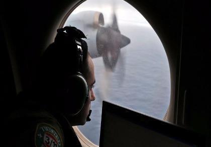 Các nước tạm dừng tìm kiếm máy bay MH370