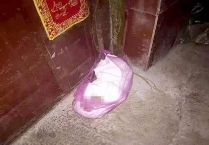 Kinh hoàng mẹ trẻ Trung Quốc vứt con trong túi nylon