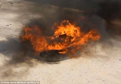 Trẻ em Syria đốt lốp xe để ngăn không kích