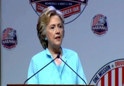 Bà Clinton 'lỡ miệng' gọi Donald Trump là chồng