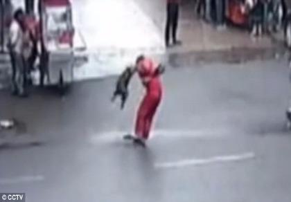 Chó dữ tấn công 20 người trên đường phố Trung Quốc