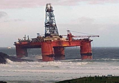 Giàn khoan dầu 17.000 tấn bị sóng to, gió lớn 'thổi vào bờ'