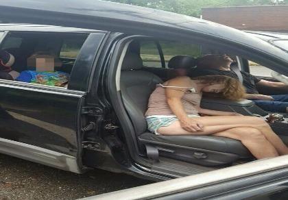 Sốc với bức ảnh cha mẹ phê thuốc trong xe trước mặt con