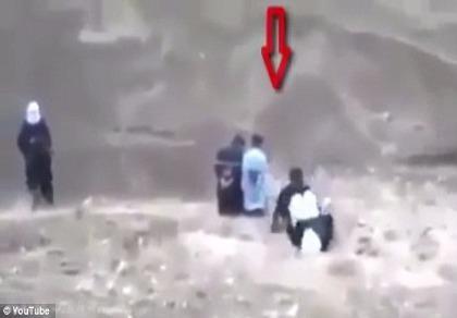 Tử tù húc đầu, cướp súng đao phủ IS trước giờ hành quyết