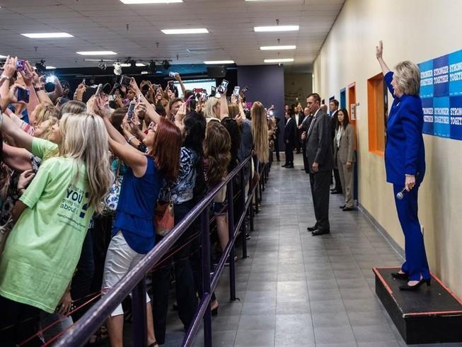 'Thảm họa nhân loại' qua bức ảnh kỳ lạ về bà Clinton