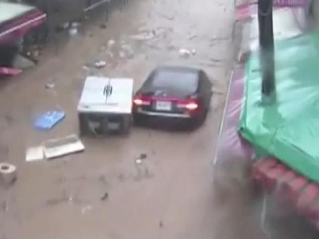 Video: Nhà, ô tô trôi như thuyền giấy trong bão Chaba