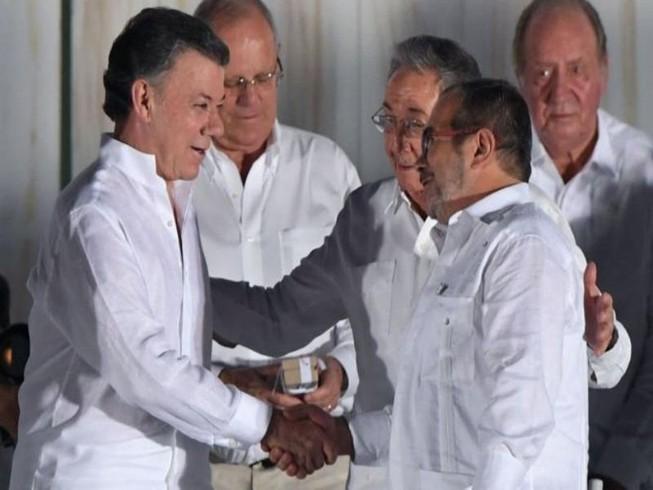 Tổng thống Santos tặng tiền thưởng Nobel cho người dân