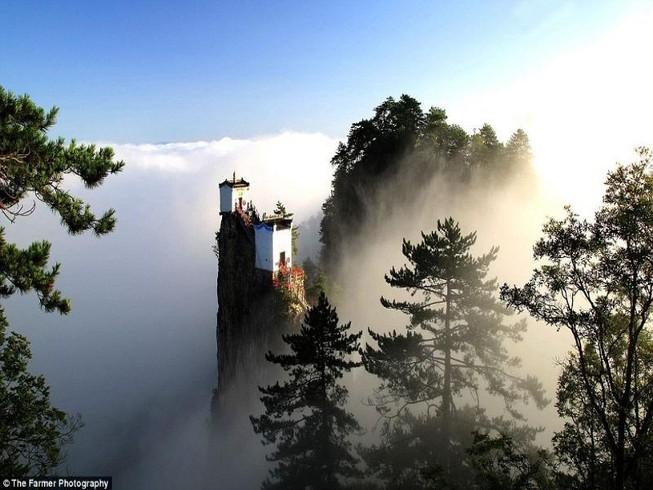 Ngắm ngôi đền 'ngự' trên ngọn núi cao hơn 1.600 m