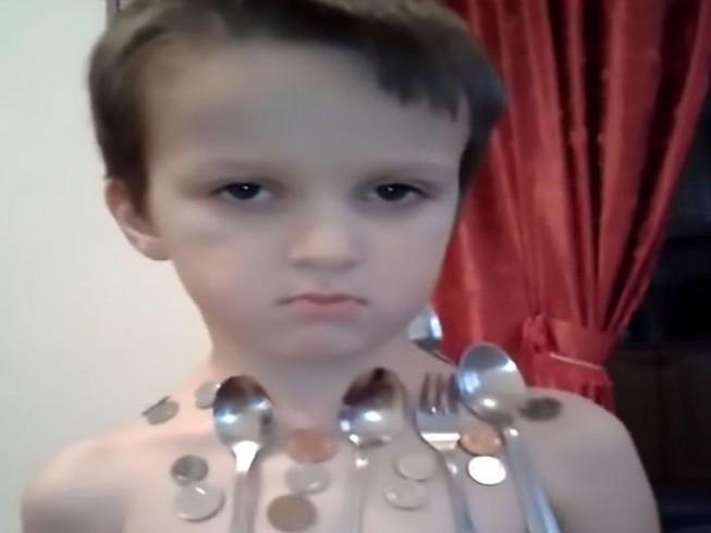 'Cậu bé nam châm' 5 tuổi với khả năng hút chặt kim loại