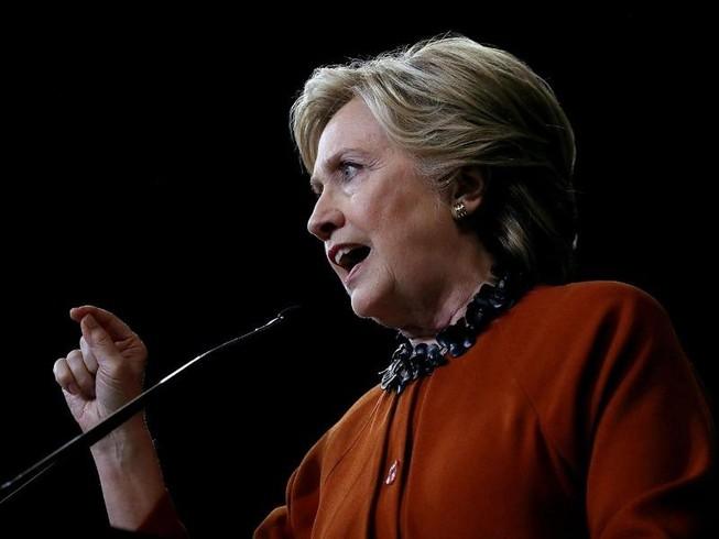 FBI bất ngờ điều tra bà Clinton ngay trước bầu cử