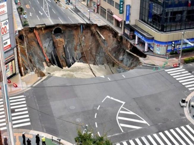 Clip: Hố tử thần 20 m nuốt chửng đường phố Nhật Bản