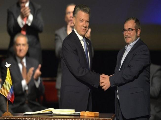 Colombia ký thỏa thuận hòa bình sau 52 năm chờ đợi