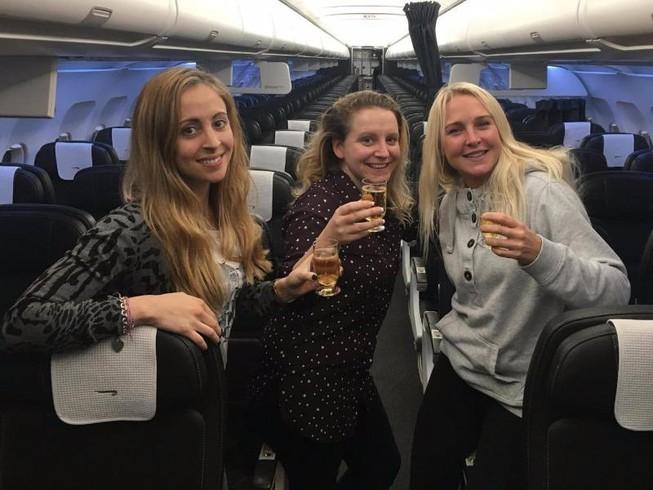 Máy bay hoãn 3 tiếng, 3 phụ nữ Anh 'trúng mánh'