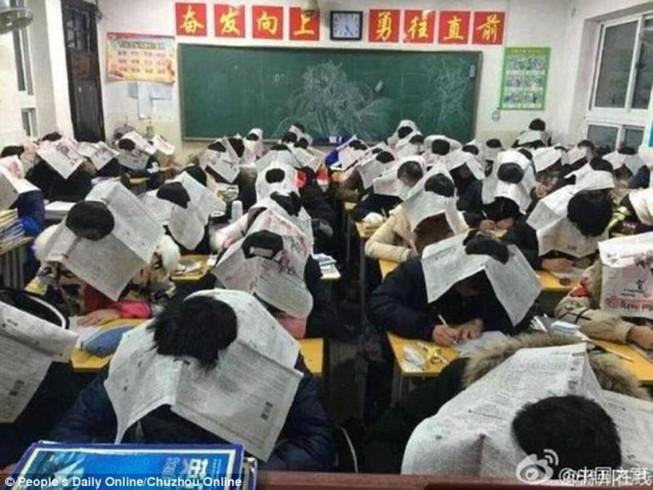 Học sinh Trung Quốc đội báo lên đầu để chống gian lận