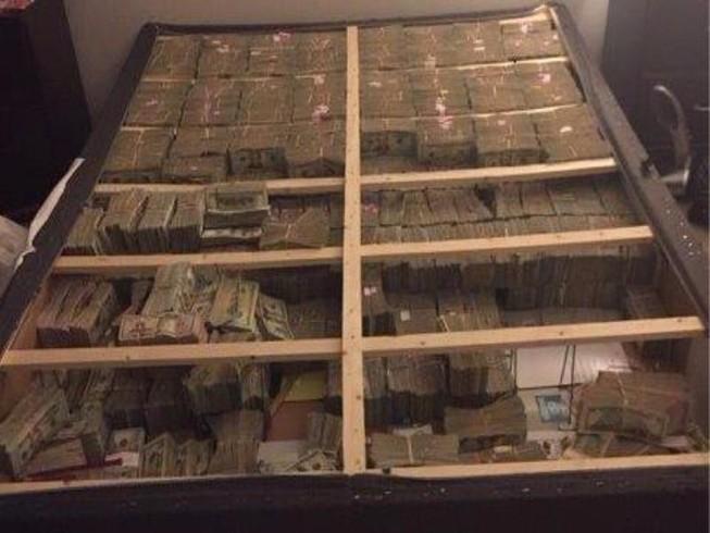Phát hiện 20 triệu USD tiền mặt dưới gầm giường