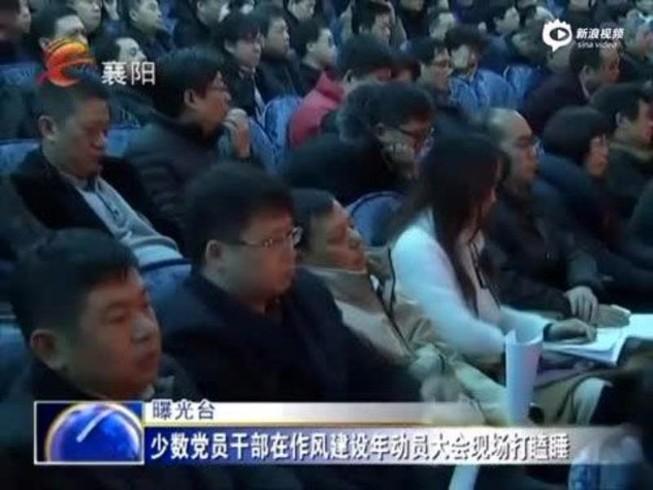 Phạt 6 quan chức ngủ gật trong cuộc họp